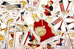 Große zerstreute Sammlung bunte Tarock-Karten Stockfotos