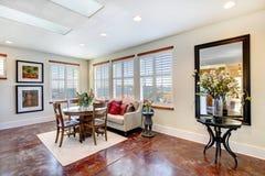 Große zusammenpassende rustikale Möbel in einem modernen hellen Speiseraum stockfoto