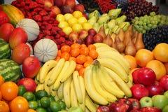 Große Zusammenstellung von frischen organischen Früchten Lizenzfreie Stockfotos