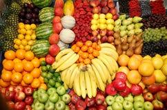Große Zusammenstellung von organischen Früchten auf Markt Lizenzfreies Stockbild
