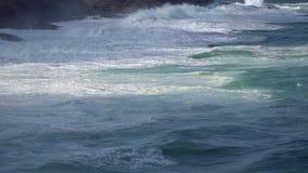 Große zusammenstoßende Welle stock video