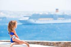Große Zwischenlage des entzückenden Hintergrundes des kleinen Mädchens im Mittelmeer Lizenzfreies Stockfoto