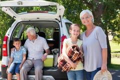 Großeltern, die auf Autoreise mit Enkelkindern gehen Stockbild