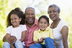 Großeltern, die mit Enkelkindern lachen Lizenzfreie Stockfotografie