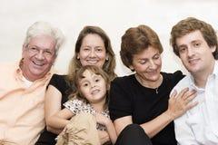 Großeltern, Mamma und Vati, die mit einer Tochter spielen Stockfotografie