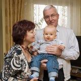 Großeltern mit Enkel stockbild