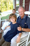 Großeltern mit Enkel auf Portal Lizenzfreies Stockfoto