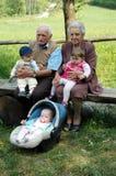 Großeltern mit Enkelkindern Stockbild