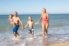 Großeltern mit Enkelkindern am Feiertag Stockfotos