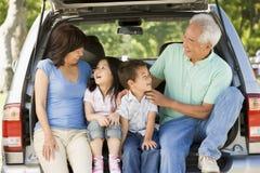Großeltern mit Grandkids in der Hinterverkleidung des Autos stockfotografie