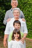 Großeltern mit ihren Kindern Stockbild