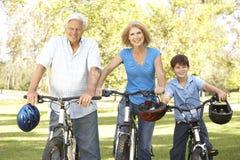 Großeltern und Enkel auf Schleife-Fahrt Stockbild