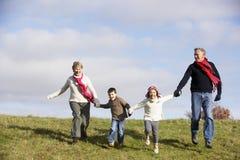 Großeltern-und Enkelkind-Laufen stockbild