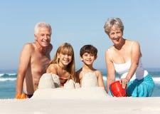Großeltern und Enkelkinder zusammen Stockbild