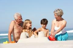 Großeltern und Enkelkinder zusammen Stockfotos