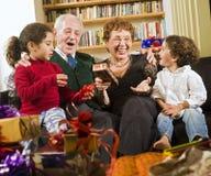 Großeltern und Geschenke Stockfotografie