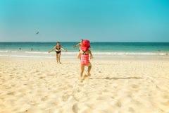 Großeltern und Kind am Strand stockbilder