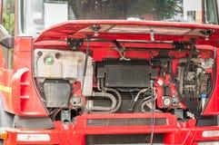 Großen schweren LKW des Rotes mit offener Haube auf der Straße als Service der regelmäßigen Wartung, Abschluss halb regeln und re lizenzfreies stockbild
