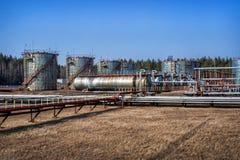 Großer Öltank mit Ventilen und Rohrleitungen Lizenzfreie Stockbilder