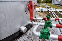 Großer Öltank mit Ventilen und Rohrleitungen Stockfoto