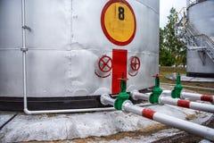 Großer Öltank mit Ventilen und Rohrleitungen Lizenzfreie Stockfotos