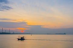 Großer Öltanker und kleines Fischerboot stockbild