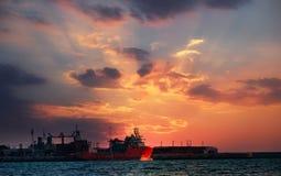 Großer allgemeiner Hafen des Schattenbildes in der Sonnenuntergangstunde in Meer von Thailand stockfotografie