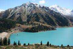 Großer Almaty See mit Bergen Stockbild
