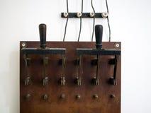 Großer alter Elektromesserschalter für manuelle Verbindung von Verbrauchern Stockfoto