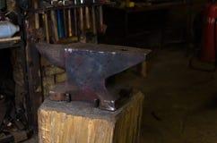 Großer Amboss auf Holz in der Schmiedswerkstatt Lizenzfreie Stockfotografie