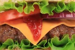 Großer appetitanregender Schnellimbisshamburger. Lizenzfreies Stockbild