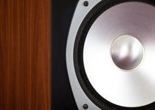 Großer Audiosprecher-Hochtonlautsprecher im hölzernen Kabinett Lizenzfreies Stockfoto
