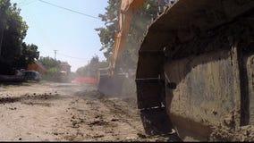 Großer aufgespürter Bagger Digging an der Baustelle stock footage