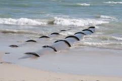 Großer Ausfluß leitet die Entladung des Abflusses in das Meer Lizenzfreies Stockbild