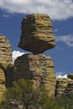 Großer ausgeglichener Felsen stockfoto