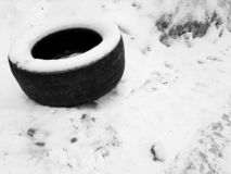 Großer Autoreifen auf Schnee im Winter lizenzfreies stockbild
