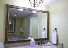 Großer Badezimmerspiegel Stockfotos