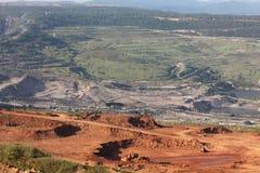 Großer Bagger bei der Arbeit in einer der Bergbaubraunkohle Stockbild