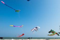 Großer Ballon Waldrachen zeigt sich, dass an Strand für internationales Drachenfestival 2017 Thailands während der 10. bis 12. Mä Stockbilder