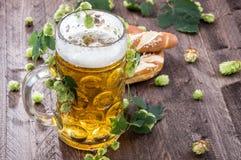 Großer Becher Bier mit Hopfen Stockbilder