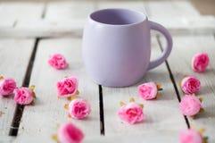 Großer Becher, Blumen, Weiß, Baum, Becher mit Tee, Becher mit Kaffee, schöner Tag stockfotografie