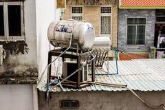 Großer Behälter mit Wasser auf dem Dach des Armenhauses benutzt für Klimawarmwasserbereitung ohne Strom stockfoto