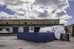 Großer Behälter vor Verladedocks Stockfotos