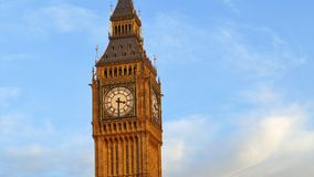 Großer Ben Tower Against Clear Blue-Himmel in London, Großbritannien stock footage