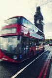 Großer Ben Under Conservation Works und roter Doppeldeckerbus in MO stockbilder