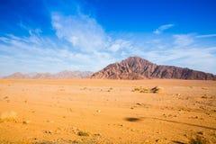 Großer Berg in der Wüste Stockbild