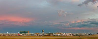 Großer bewölkter Abendhimmel über dem modernen Flughafen Lizenzfreies Stockbild