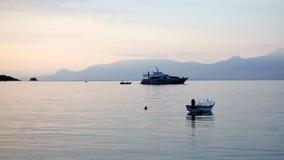 Großer Bewegungskreuzer festgemacht in der Bucht Stockfoto