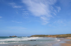 Großer blauer Himmel über Godrevy. Stockbilder