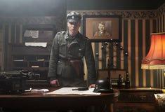 Großer blonder deutscher Soldat in seinem Büro stockfotografie